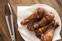 Köstliche marinierte gegrillte Hühnerbeine Stockbild