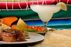 Köstliche mexikanische Nahrung mit gefrorenem Margarita-Getränk Stockfotos