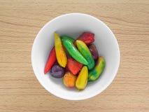 Köstliche nachgemachte Früchte auf woodedn Tabelle Stockbilder