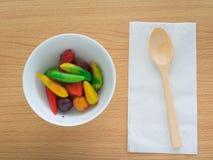 Köstliche nachgemachte Früchte auf woodedn Tabelle Stockfotos