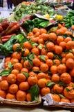 Köstliche Obst und Gemüse auf einem Marktplatz lizenzfreie stockfotos
