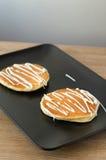 Köstliche Pfannkuchen auf einem Holztisch Stockbilder