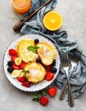 Köstliche Pfannkuchen mit Beeren lizenzfreie stockfotografie