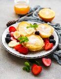 Köstliche Pfannkuchen mit Beeren lizenzfreies stockbild