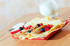 Köstliche Pfannkuchen mit Beeren Stockbild
