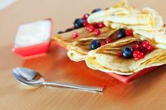 Köstliche Pfannkuchen mit Beeren auf Platte Lizenzfreies Stockfoto