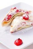 Köstliche Pfannkuchen mit frischen Erdbeeren Stockfoto
