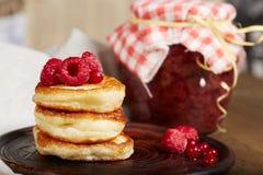 Köstliche Pfannkuchen mit Himbeere und Glas Stau Lizenzfreies Stockfoto