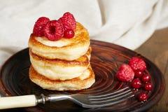 Köstliche Pfannkuchen mit Himbeere und roter Johannisbeere Lizenzfreies Stockfoto