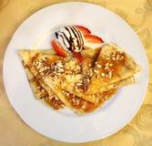 Köstliche Pfannkuchen mit Nüssen Stockbild