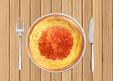 Köstliche Pfannkuchen mit rotem Kaviar auf Platte auf Holztisch Stockbilder
