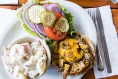 Köstliche Pilz-Burgermahlzeit des strengen Vegetariers Lizenzfreie Stockfotos