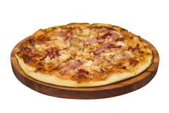 Köstliche Pizza diente auf der hölzernen Platte, die auf Weiß lokalisiert wurde Pizza getrennt auf weißem Hintergrund stockfotos
