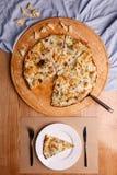 Köstliche Pizza ist bereit geschmeckt zu werden lizenzfreies stockbild