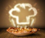 Köstliche Pizza mit Chefkochhut-Dampfillustration Lizenzfreie Stockbilder