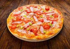 Köstliche Pizza mit den roten und grünen Pfeffern des scharfen Paprikas Lizenzfreie Stockbilder