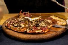 Köstliche Pizza mit gutem Weiche gefärbt stockbilder