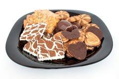 Köstliche Plätzchen und Schokoladeneibisch liegen auf einem Schwarzblech Stockbild