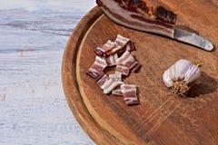 Köstliche Platte mit geräuchertem Speck, Knoblauch und Brot an rustikaler hölzerner Hintergrund traditionellem Balkan-Lebensmitte Lizenzfreie Stockfotos