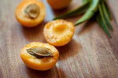 Köstliche reife Aprikosen in einer hölzernen Nahaufnahme der Schüssel auf dem Tisch horizontale Ansicht von oben Reife süße Aprik Lizenzfreie Stockbilder