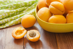 Köstliche reife Aprikosen in einer hölzernen Nahaufnahme der Schüssel auf dem Tisch horizontale Ansicht von oben Reife süße Aprik Stockfotografie