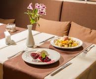 Köstliche Restaurantnachtische, -käsekuchen und -Obstsalat Lizenzfreies Stockbild