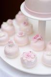 Köstliche rosa Hochzeitskleine kuchen Lizenzfreie Stockbilder