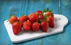 Köstliche rote Erdbeeren auf weißem Behälter stockfoto