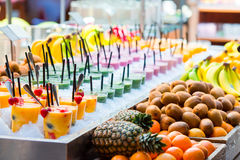 Köstliche süße Cocktails und frische Früchte im Shop mit Takeaway Lizenzfreies Stockbild