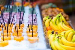 Köstliche süße Cocktails und frische Früchte im Shop mit Takeaway Stockfotografie