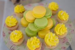 Köstliche, süße Festlichkeit, sortierte Auswahl der Zitrone und Pistazienmakronen, kleine Kuchen mit dem Zitronenbuttermilchberei lizenzfreies stockfoto