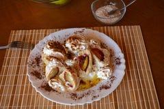 Köstliche süße Mehlklöße mit Pflaume auf einer Platte Lizenzfreie Stockbilder