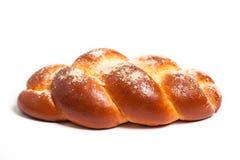 Köstliche süße Rolle des frischen Brotes auf einem weißen Hintergrund Stockfotografie