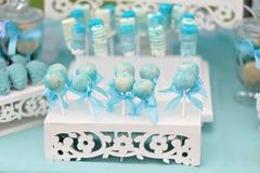 Köstliche süße Süßigkeiten, verziert in der Hochzeitsart Lizenzfreie Stockfotos