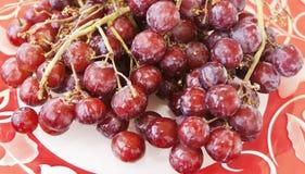 Köstliche samenlose rote Trauben Stockfotos