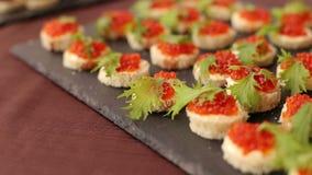 Köstliche Sandwiche mit rotem Kaviar, Nahaufnahme stock video footage