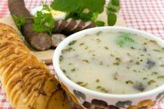 Köstliche saure Suppe mit Ei, Wurst und Brot Stockfotografie