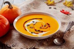 Köstliche Schüssel Herbstkürbissuppe Stockfoto
