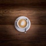 Köstliche Schale frisch gebrauter heißer aromatischer Cappuccino Stockfotos