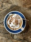 Köstliche Schale italienischer Cappuccino bedeckt mit Schokoladenpulver Lizenzfreies Stockbild