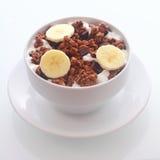 Köstliche SchokoladenFrühstückskost aus Getreide mit Banane Stockbild