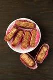 Köstliche Schokoladentrüffeln auf hölzernem Lizenzfreie Stockfotos