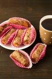 Köstliche Schokoladentrüffeln mit Tee Lizenzfreie Stockfotografie