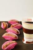 Köstliche Schokoladentrüffeln mit Tee Stockbild