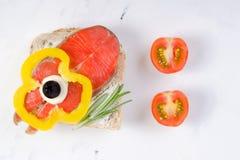Köstliche selbst gemachte Canapes des geräucherten Lachses mit Sahne, geschmücktes w Stockbild