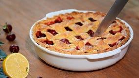 Köstliche selbst gemachte Cherry Pie mit einer flockigen Kruste stock footage