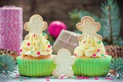 Köstliche selbst gemachte kleine Kuchen mit Dekorationen für Weihnachten Stockfoto