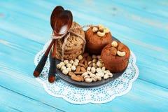 Köstliche selbst gemachte Schokoladenmuffins auf dem blauen Weinlesehintergrund Lizenzfreies Stockbild