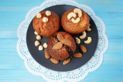 Köstliche selbst gemachte Schokoladenmuffins auf dem hölzernen Hintergrund der blauen Weinlese Lizenzfreie Stockbilder