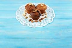 Köstliche selbst gemachte Schokoladenmuffins auf dem hölzernen Hintergrund der blauen Weinlese Stockbild